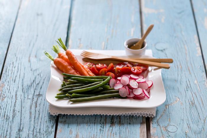 Salade de légumes croquants et vinaigrette aux arômes de citron et basilic